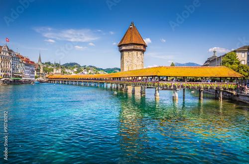 Photographie  Ville historique de Lucerne avec le célèbre Pont de la Chapelle, Canton de Lucer