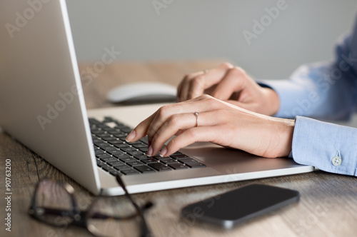 Fotomural  Hands typing on laptop