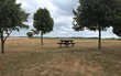 Table de pique-nique dans la campagne