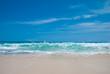 Тропический пляж в полдень на острове Бали, Индонезия. Пляж называется Дримлэнд.