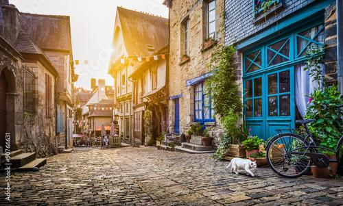 stare-miasto-w-europie-o-zachodzie-slonca-z-retro-starodawny-styl-instagram-filtr