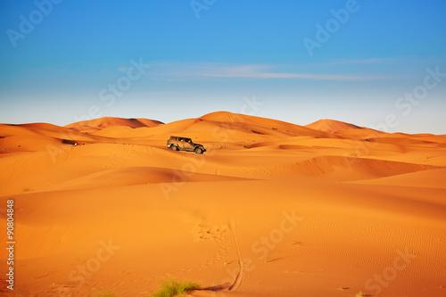 Papiers peints Desert de sable Jeep in sand dunes in the Sahara Desert, Morocco