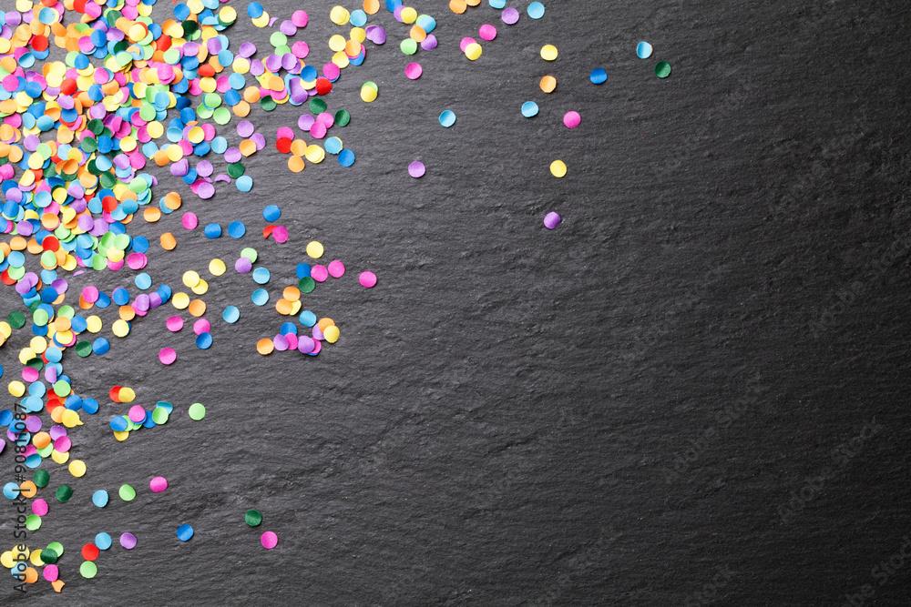 Fototapety, obrazy: Konfetti bunt auf schwarzer Kreide Tafel Hintergrund