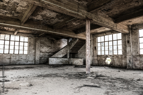 Staande foto Industrial geb. Empty industrial loft in an architectural background with bare cement walls, floors and pillars supporting a mezzanine