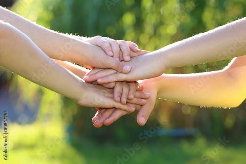 Fotografie, Obraz  übereinanderliegende Kinderhände