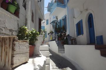 Urocza uliczka na greckiej wyspie Nisiros