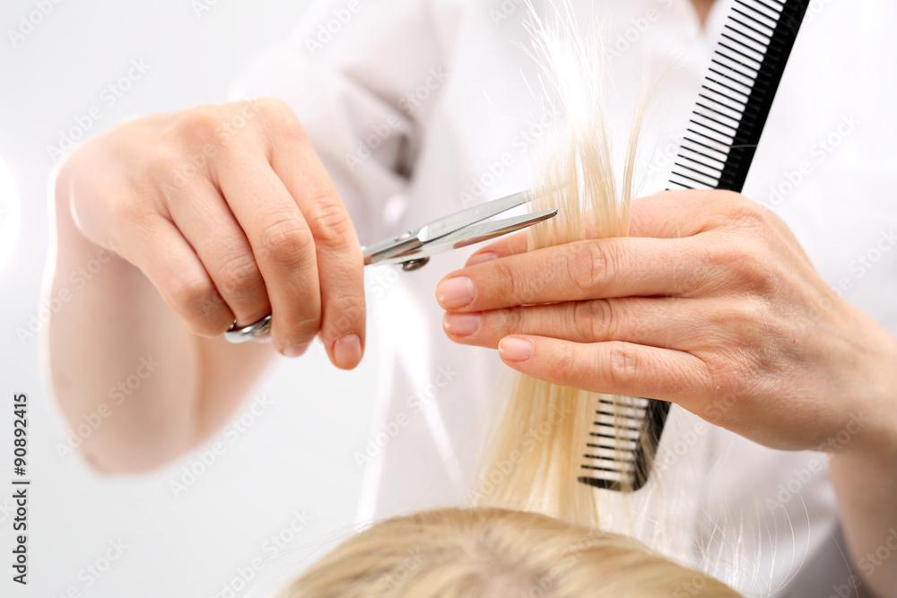 Podcinanie Rozdwojonych Końcówek Włosówfryzjer Strzyże Kobietę W