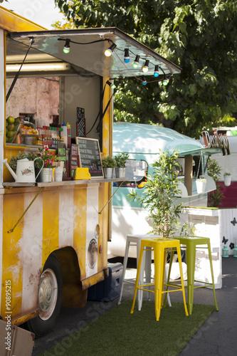 In de dag Kruidenierswinkel detalle de food truck vendiendo comida en la calle de una ciudad