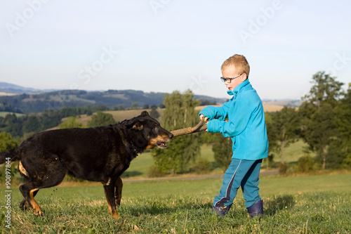 Poster Chasse little boy play with dog