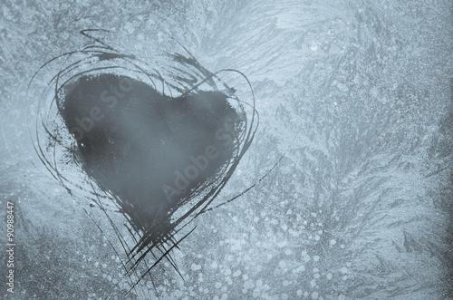 porysowane-serce-na-mroznym-oknie