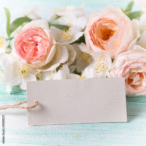 Fotografía  Roses, jasmine flowers and empty tag