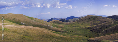 In de dag Heuvel Panoramica del gran Sasso. Le colline circostanti