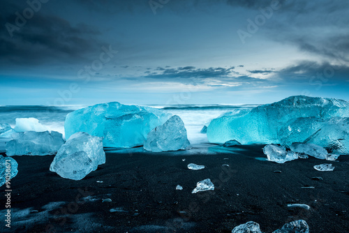 Photo  icebergs at crystal black beach in south Iceland