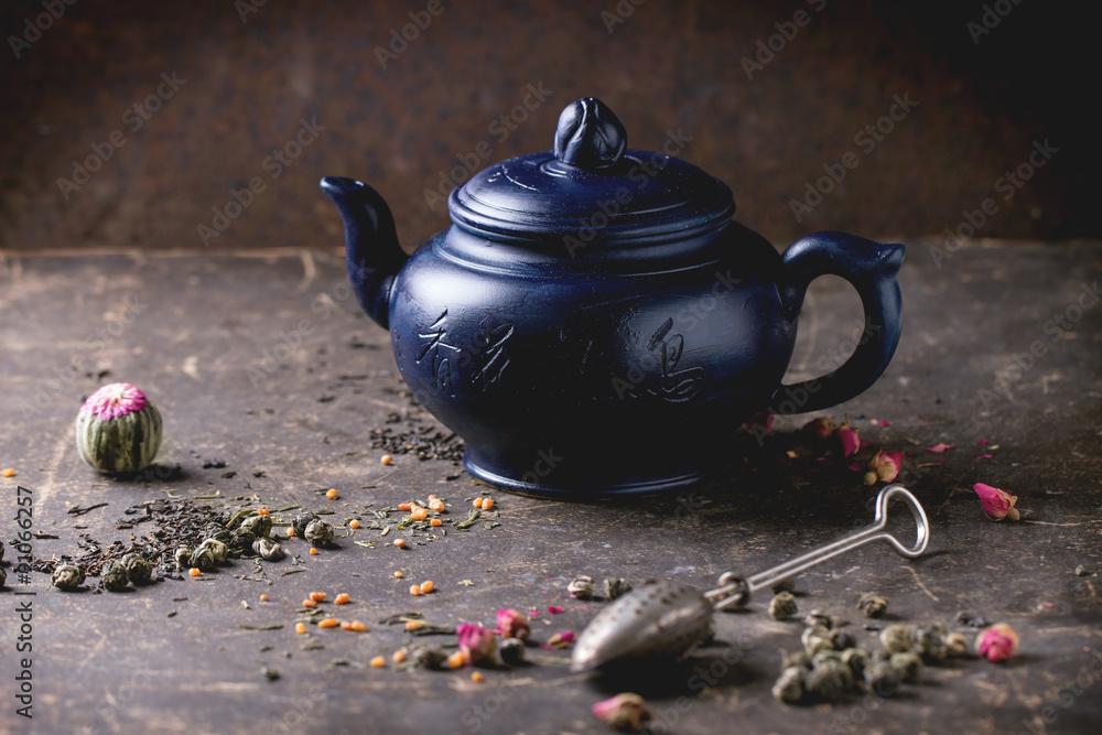 Photo  Teapot and tea leaves