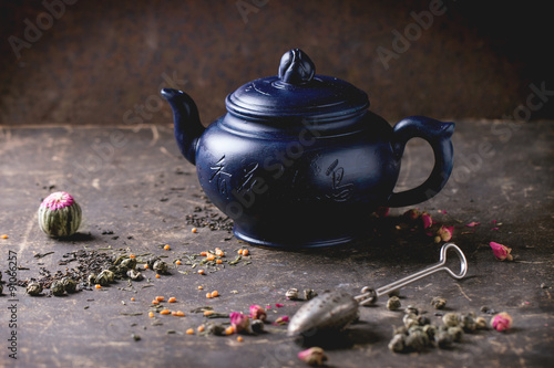 Foto  Teapot and tea leaves