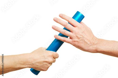 Photo  Hände überreichen Staffelstab beim Staffellauf