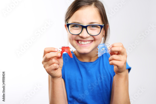 Zdrowy, piękny uśmiech, dziecko z aparatem ortodontycznym .Dziewczynka z kolorowym aparatem ortodontycznym
