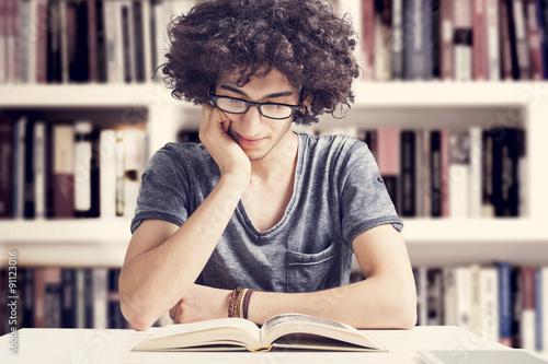Fotografía  Libro de lectura de los estudiantes en la biblioteca