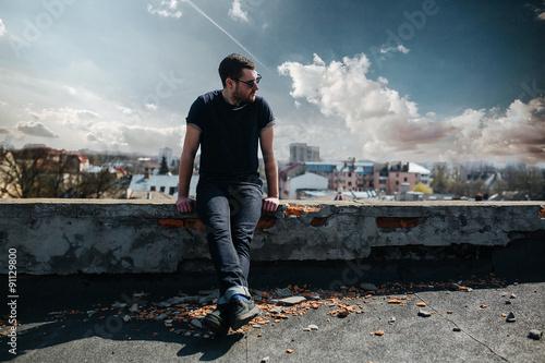 Fotografía  Confident man posing in selvedge  jeans