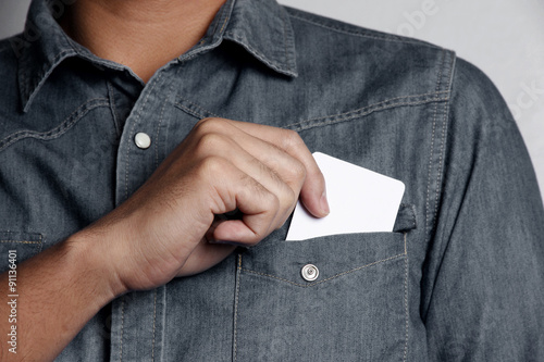 Photo man holding a blank card