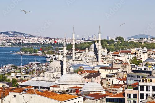 Plakat Sceneria Eminonu okręg w mieście Istanbuł w Turcja z dwa meczetami, odgórny widok