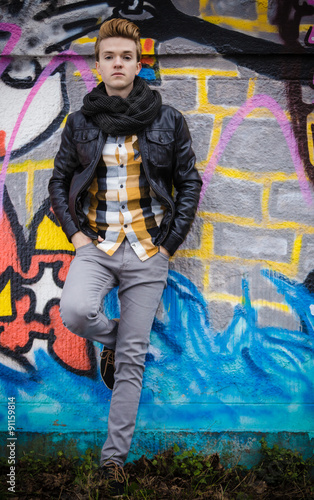 Photo sur Aluminium Aquarelle avec des feuilles tropicales Fashion male portrait on graffiti wall