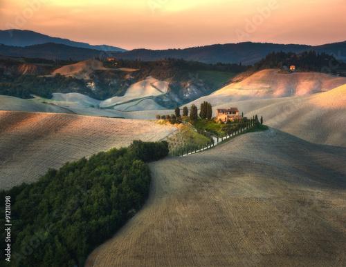 pola-i-laki-w-toskanskim-krajobrazie-o-zachodzie-slonca