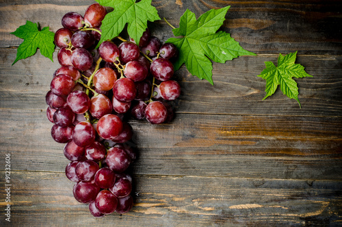 Fotografia Fresh red grape on wooden background