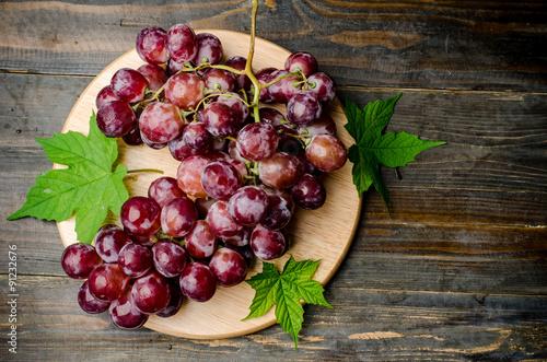 czerwone-winogrono-na-drewnianym-talerzu