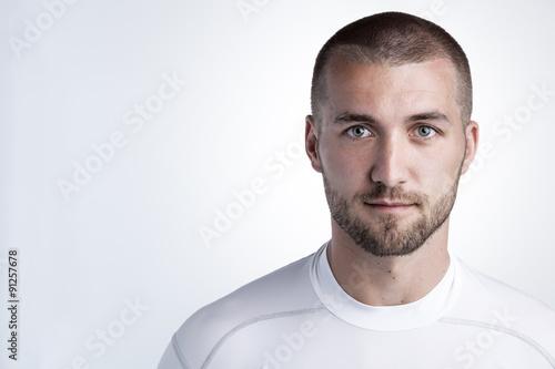 Fotografía  Sportlicher junger Mann mit Blick in die Kamera