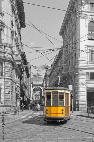 In de dag Milan Milano con tram in piazza cordusio e sfondo galleria vittorio emanuele lombardy italy