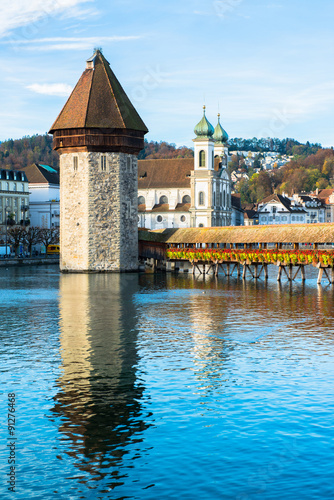 Photographie  Panoramic view of wooden Chapel bridge and old town of Lucerne, Switzerland