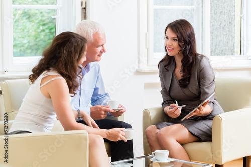 Fotografía  Beraterin gibt Tipps zur Geldanlage und Altersvorsorge un Senioren Mann und Frau