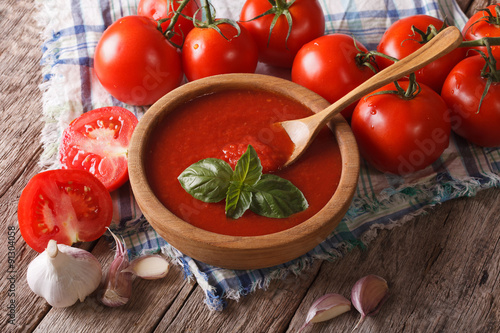 Fotografía  Homemade tomato sauce with garlic and basil closeup. Horizontal