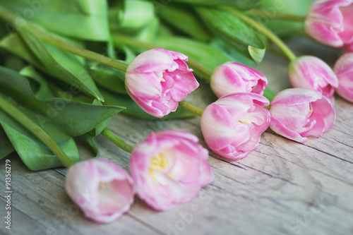 Foto auf AluDibond Tulpen Tulips on a wooden background