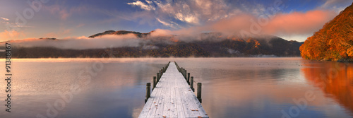 Poster Lac / Etang Jetty in Lake Chuzenji, Japan at sunrise in autumn