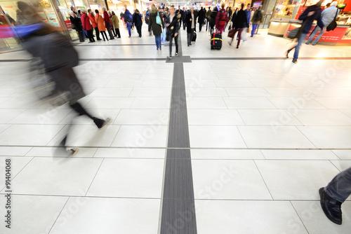 Fotografía  Crowd walking, trainstation