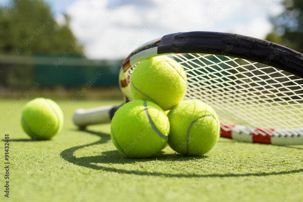 Fotografía Las pelotas de tenis y raqueta en la cancha de césped ... 66ee1e9be6d69
