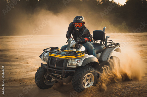 racing-atv-to-piasek
