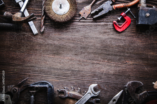 Fotografía  grungy old tools on a wooden background