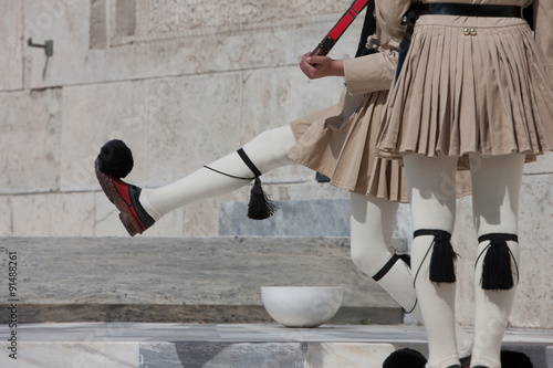 Fotografía  Guard goose stepping at the monument of Unknown soldier, wearing summer outfit
