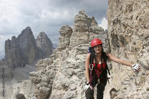Klettersteig Drei Zinnen : Frau am klettersteig auf den paternkofel sextener dolomiten im