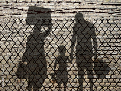 Canvas-taulu Refugees behind a fence