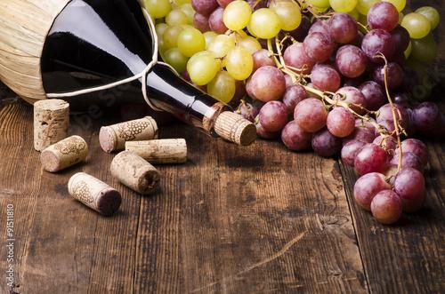 kolba-wina-z-winogron-i-korki-na-drewnianym-stole