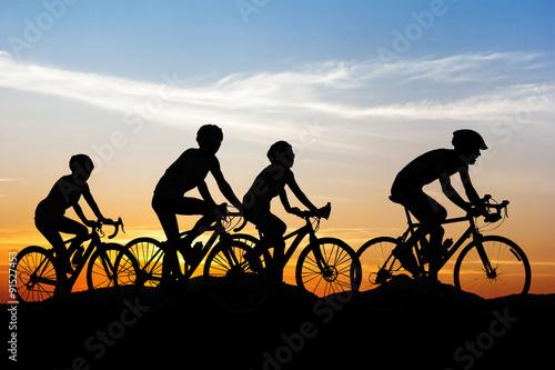 Zdjęcie XXL Ludzie na rowerze na wzgórzu góry