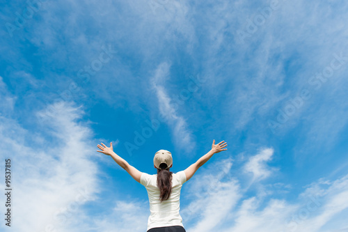 Fotografia  大空に向かって手を広げる女性