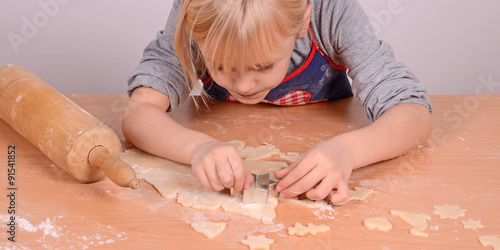 Fotografía  Kind beim backen von plätzchen