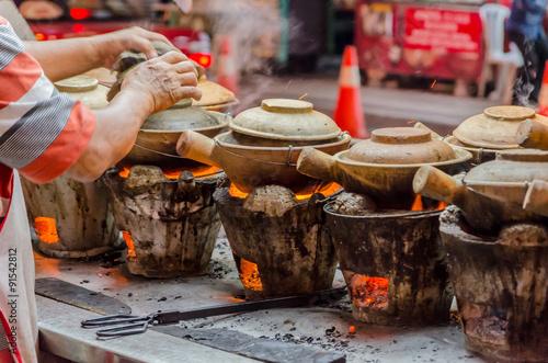 Fotografía  Street Food preparation with clay pots in Kuala Lumpur, Malaysia