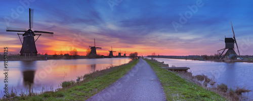 Obraz Traditional windmills at sunrise, Kinderdijk, The Netherlands - fototapety do salonu