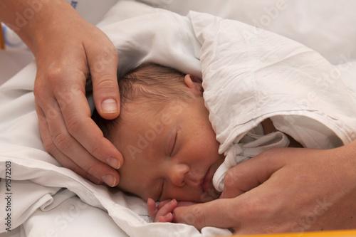 Fotografía  Schlafendes neugeborenes Baby